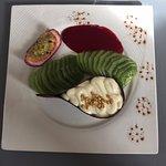 Délicieux dessert : goutte en chocolat, palet breton, crème, kiwi, coulis de fruits rouges, papa