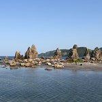 ホテルから徒歩15分の名勝天然記念物の【橋杭岩】。 干潮時にはかなり沖まで歩いていけます。 潮の引いた岩場には様々な海中生物が。お子様も、もちろん大人もかなり楽しめます!