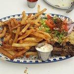 Prato Principal: Beef Souvlaki (espetinho de carne com salada, pita - tipo de pão e fritas)