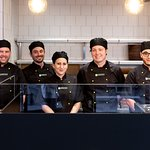 Notre équipe vous accueille avec le sourire pour vous faire déguster nos pizzas de terroir !