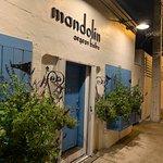 """Uma graça esta fachada.... bem mediterrânea, para entrarmos no clima do restaurante. Mas trata-se de uma entrada """"fake"""". A entrada verdadeira é feita pela lateral (próxima foto)"""