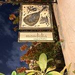 Entrada verdadeira do restaurante, que já nos leva a um lindo jardim.  Adorei!