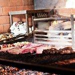 Una Parrilla 100% a leña como fuente de cocción, lo cual hace que las carnes se diferencien por un sabor ahumado característico.