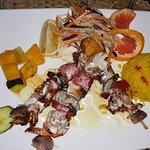 brochettes de crevettes à l'ananas servies avec petits légumes sautés, crudités et riz