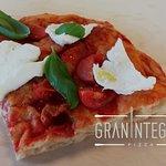 Quest'oggi pubblichiamo la foto di una pizza evergreen: pomodoro, pomodorini freschi, bufala e basilico. Leggera e sempre gustosa!