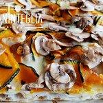 Questo è uno dei nostri cavalli di battaglia: pizza zucca, funghi e taleggio. La zucca, tagliata finissima non viene sbucciata e, cotta al forno, mantiene tutto il suo sapore . Il contrasto tra la dolcezza della zucca e il gusto deciso del taleggio è gradevolissimo e i funghi coronano il tutto chiudendo il terzetto perfetto.