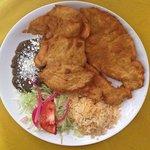 pechuga empanizada  con frijoles, ensalada y arroz tortillas