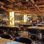 В залах ресторана много света, авторских аксессуаров и современных деталей. Одна из особенностей ресторана – открытая кухня. Так приготовление каждого блюда превращается в кулинарное шоу, где гости могут, находясь за столом, наблюдать виртуозную работу повара с мясом и открытым огнем.