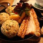 Schweinebauch und Schweinsbraten mit Semmelknödel und Kartoffeln und Sauerkraut