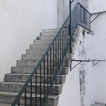 Escaleras junto a lavandería en pleno barrio de Alfama.
