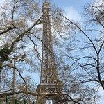 Первый день в Париже мы начали с знакомства с Эйфелевой башней. Очень повезло с погодой, светило солнце и мы просто отдыхали любуясь красотой и величием башни.