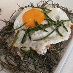 Huevo frito sobre lecho de algas fritas, muy bueno el contraste del huevo con las algas crujientes saladitas