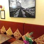salle du restaurant avec une photo de Sounion (prise par Nikos Aliagas je crois)
