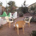 Grand jardin arboré :Laurier rose , Hibiscus .Petits salons de détente .