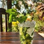Golden Mojito, preferência para os dias quentes, é feito com Rum Bacardi, refrigerante soda limonada, hortelã e limão.