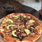 Mi pizza favorita: Queso mozzarella, carne mechada, cebolla caramelizada y palta
