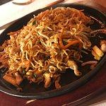 Spaghetti Ramen Saltati con Carne alla Piastra
