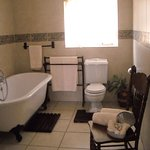 Room3: Bsthtoom ensuite wit a bath and shower