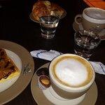Desayuno en Abuela Goye, wafles y cafe con leche, riquiisiimooo