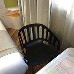 Chambre.tres petite pas d espace si on retiré pas la chaise