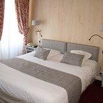 Chambre avec lit  Kingsize  deux fenêtres , coté Place DUGUESCLIN, avec salle de bain complète (baignoire et cabine de douche séparée)