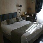 Chambre grand lit donnant sur le jardin avec salle de bain compète