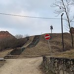 лестница на холм с руинами