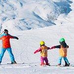 Oxygène apprend le ski aux enfants de manière fun & ludique.