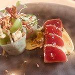 Tataki de thon rouge ,petit rouleau de légumes et enoki citronnée