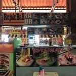 salah satu hidangan lokal bali yaitu rujak dan Es taiwan yang segar tersedia disini.