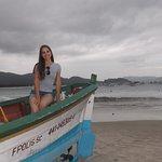 Há vários barcos de pescadores na areia da praia.