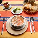前菜のスープとパン。薬味を混ぜるととてもおいしくなる