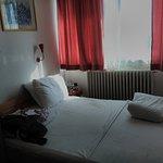 """2-спальная кровать """"от стенки до стенки"""", проход к окну 22-23 см, у окна тумбочка, слева шкаф"""