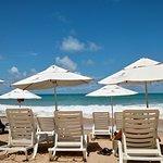 El acceso a la playa es genial! Muy cómodas las reposeras y la atención del guardavidas y del personal en general es de alta calidad.