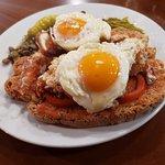 Pa amb oli de bogavante con huevos fritos. Es Llogaret bar restaurant. El mejor pa amb oli de Mallorca.