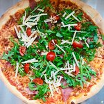 Pizza Parma (szynka parmeńska, rucola, pomidorki cherry, parmezan)