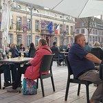Un aperçu de la terrasse sur la place d'Armes, avec la Mairie en toile de fond ..