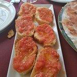 Pan con tomate para comer el jamón