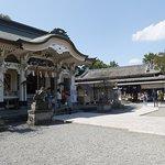 神社本殿前の風景