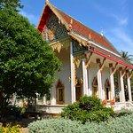 鮮やかな作りの寺院
