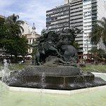 hermosa plaza con fuentes El Entrevero central