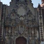 Camino al centro histórico encontrarás esta pequeña iglesia que aun está siendo restaurada, cuenta con  pinturas bellisimas  y espacio arte