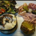 fromage gratiné au four et sa charcuterie