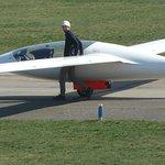 Seltenes Schmuckstück am Flughafen: Segelflugzeug mit elektrischem Hilfsantrieb. Prototyp der AkaFlieg Berlin