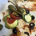 zeewolf met gedroogde tomaten, olijven, courgette en kappertjes