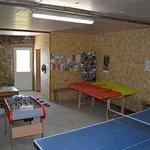 La salle de jeux : table de ping-pong, baby-foot, jeux en bois...