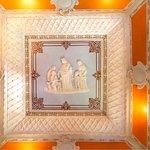 Tecto de estuque em relevo representado a Rainha Santa Isabel, no Salão de Estar