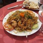 Plat népalais aux crevettes et sauce soja, non épicé