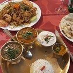 Plat népalais avec lentilles, agneau en sauce, sauce épicée et raita (remplaçant exceptionnellem