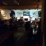 毎日演奏があり心地よいボーカルとピアノ、ギターの音色に癒されました!女性、ひとりでも楽しめるお店。